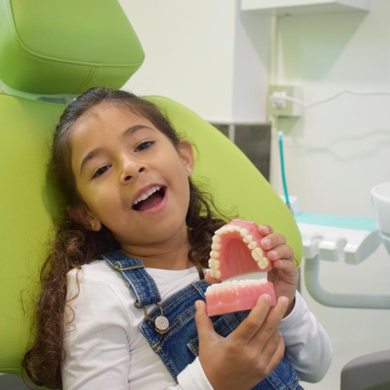 niña sillón dental